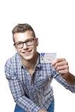 Hombre joven que muestra apagado su carné de conducir Fotos de archivo libres de regalías