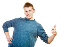Hombre joven que muestra el pulgar encima del gesto de la muestra de la mano Foto de archivo
