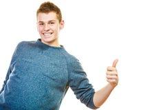 Hombre joven que muestra el pulgar encima del gesto de la muestra de la mano Foto de archivo libre de regalías