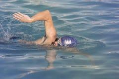 Hombre joven que nada el arrastre delantero Foto de archivo libre de regalías