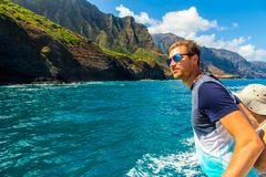 Hombre joven que navega abajo de los acantilados del Na Pali Fotografía de archivo