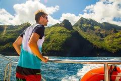 Hombre joven que navega abajo de los acantilados del Na Pali Imagen de archivo