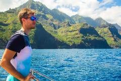 Hombre joven que navega abajo de los acantilados del Na Pali Fotos de archivo