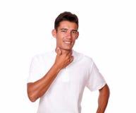 Hombre joven que parece enfermo con las manos en la garganta. Foto de archivo