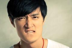 Hombre joven que parece enojado Fotografía de archivo