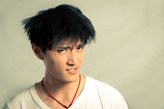Hombre joven que parece trastornado Fotografía de archivo libre de regalías