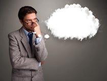 Hombre joven que piensa en discurso de la nube o burbuja del pensamiento con el poli Fotografía de archivo