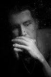 Hombre joven que piensa en su vida Imagen de archivo