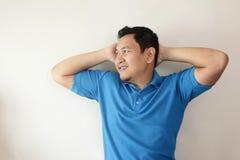 Hombre joven que piensa y que mira para arriba, teniendo buena idea fotografía de archivo libre de regalías