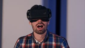 Hombre joven que pone en los vidrios del vr y que goza del mundo de la realidad virtual Fotografía de archivo