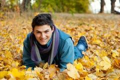 Hombre joven que pone en parque. Imagen de archivo