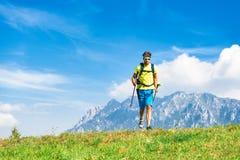 Hombre joven que practica la montaña y el funcionamiento de la actividad física con Fotos de archivo