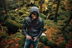 Hombre joven que presenta en el bosque Fotografía de archivo libre de regalías