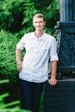 Hombre joven que presenta para una foto, fondo verde fotografía de archivo libre de regalías