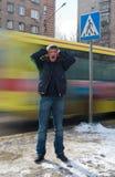 Hombre joven que presiona su cabeza y feelling la tensión fotografía de archivo