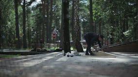 Hombre joven que pule un trampolín de madera alrededor metrajes