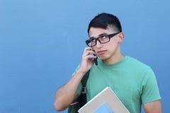 Hombre joven que rueda sus ojos como resultado de una llamada en su teléfono móvil con el espacio para la copia Fotografía de archivo libre de regalías