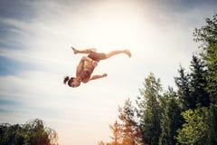 Hombre joven que salta arriba en el cielo imagen de archivo libre de regalías