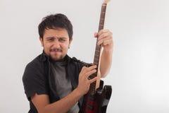 Hombre joven que salta con la guitarra eléctrica Fotografía de archivo