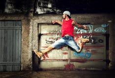 Hombre joven que salta, grunge Foto de archivo libre de regalías