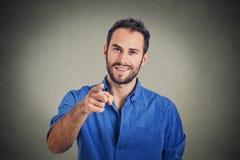 Hombre joven que señala el dedo en usted Fotos de archivo libres de regalías