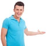 Hombre joven que señala a la cara foto de archivo libre de regalías