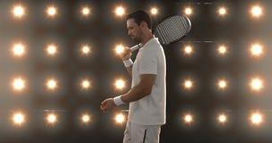 Hombre joven que se coloca con la estafa y la pelota de tenis almacen de video