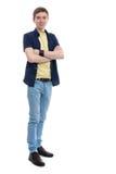 Hombre joven que se coloca con sus brazos cruzados Imagen de archivo libre de regalías