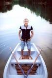 Hombre joven que se coloca en el barco Foto de archivo libre de regalías