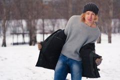 Hombre joven que se coloca en el parque del invierno Fotos de archivo