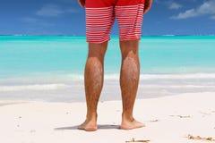 Hombre joven que se coloca en la playa Imagenes de archivo
