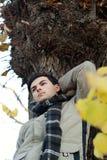 Hombre joven que se coloca en parque. Fotos de archivo libres de regalías