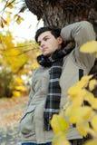 Hombre joven que se coloca en parque. Imagen de archivo libre de regalías