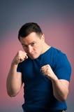 Hombre joven que se coloca en un boxeo Imagen de archivo libre de regalías