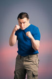 Hombre joven que se coloca en un boxeo Fotografía de archivo