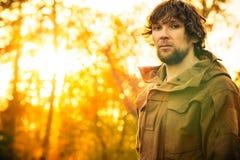 Hombre joven que se coloca solamente en el bosque al aire libre Fotografía de archivo libre de regalías