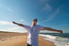 Hombre joven que se divierte en la playa Fotos de archivo