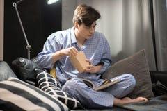 Hombre joven que se enfría en casa Foto de archivo libre de regalías