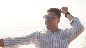 Hombre joven que se enfría en la cubierta moderna del yate Navegación del mar metrajes