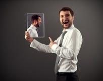 Hombre joven que se ríe de peligro Foto de archivo libre de regalías