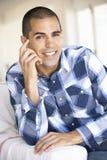 Hombre joven que se relaja en el país Imagen de archivo libre de regalías