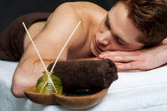 Hombre joven que se relaja en el vector del masaje foto de archivo
