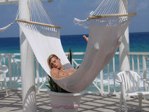 Hombre joven que se relaja en hamaca del Caribe Imagenes de archivo