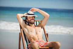 Hombre joven que se relaja en la butaca Fotografía de archivo libre de regalías