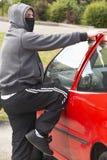 Hombre joven que se rompe en el coche Imágenes de archivo libres de regalías