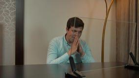 Hombre joven que se sienta detrás de monitor de cristal virtual Tiro ideal para colocar su infographics almacen de metraje de vídeo