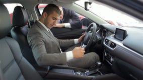 Hombre joven que se sienta en coche almacen de metraje de vídeo