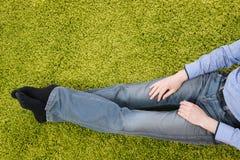 Hombre joven que se sienta en una alfombra con la tableta Fotografía de archivo libre de regalías