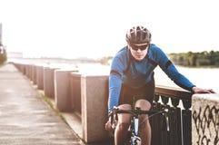 Hombre joven que se sienta en una bicicleta Imagen de archivo