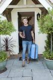 Hombre joven que se va a casa Foto de archivo libre de regalías